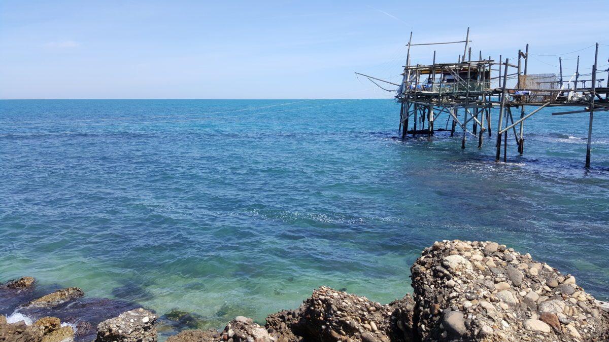 Trabocco Fossacesia con mare azzurro e scogli