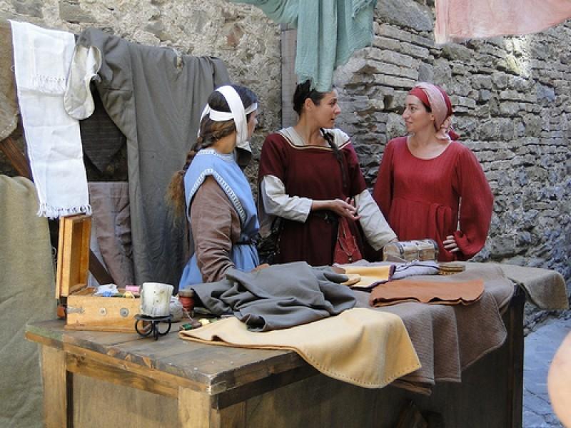 Donne che producono e vendono cuio al Mercato delle Gaite a Bevagna