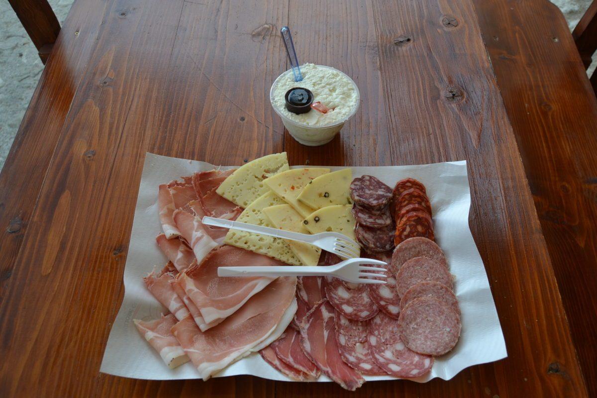Tagliere di salumi e formaggi con ricottina fresca