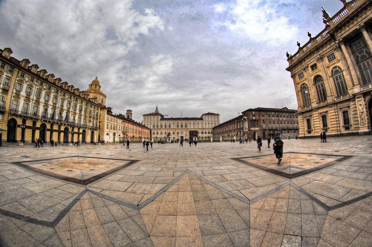 Piazza Castello a 360 gradi