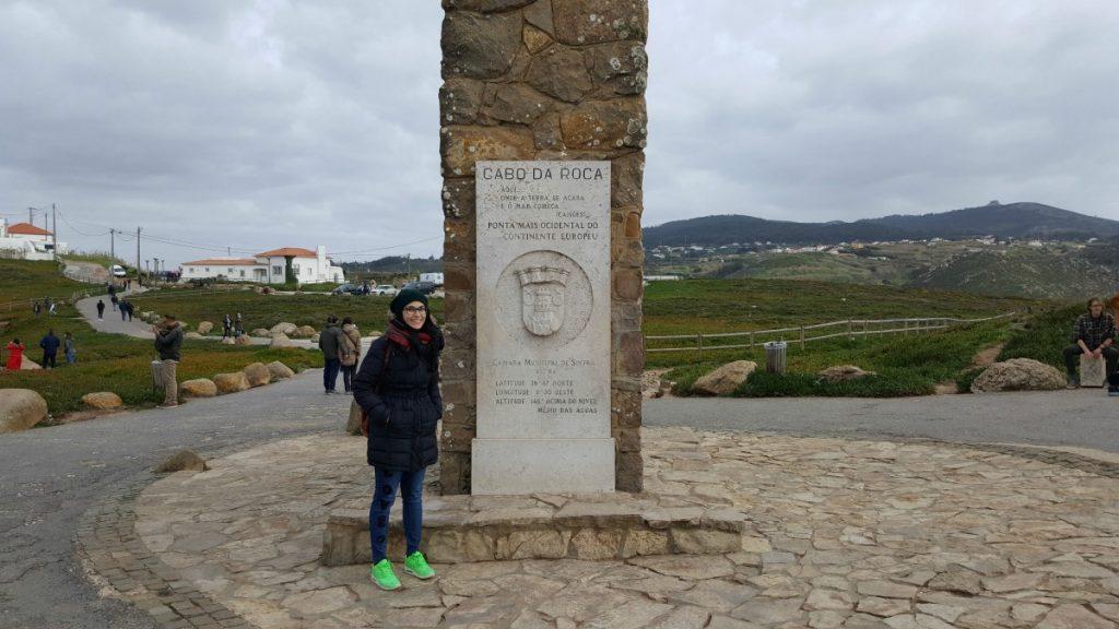 Io con l'insegna di Cabo da Roca, Cosa visitare nei dintorni di Lisbona con Walk Border