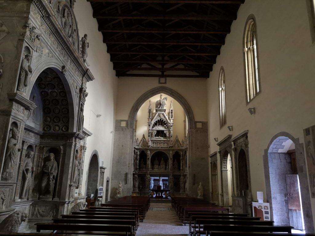Navata centrale di San Giovanni a Carbonara con monumento funerario Napoli cose da vedere assolutamente