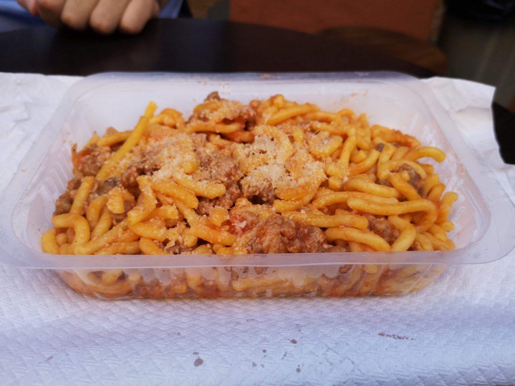 gramigna fatta a mano alla salsiccia salvia ricette tradizionali cucina italiana dove mangiare pasta fresca a Bologna spendendo niente tortellini tortelloni gramigna lasagna cibo tradizionale piatti tradizionali food blogger