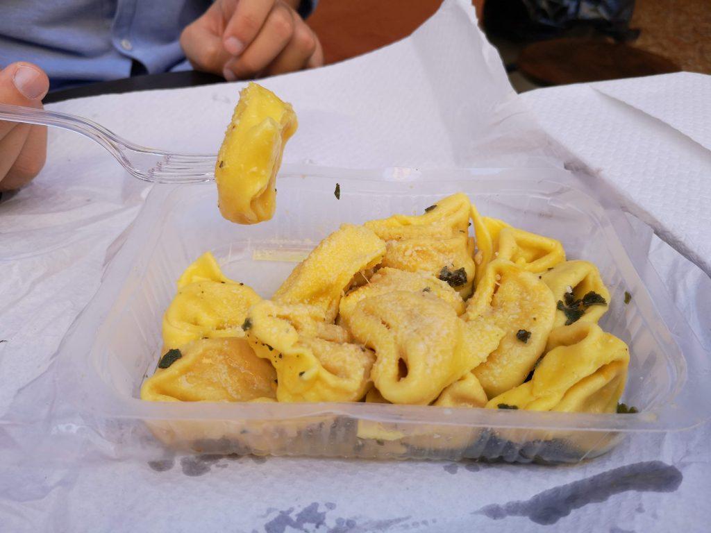 tortelloni zucca burro salvia ricette tradizionali cucina italiana dove mangiare pasta fresca a Bologna spendendo niente tortellini tortelloni gramigna lasagna cibo tradizionale piatti tradizionali food blogger